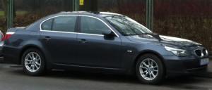 BMW serii 5 z 2003 roku z pewnością nie wygląda na samochód tani i zdecydowanie kojarzy się z luksusem i prestiżem